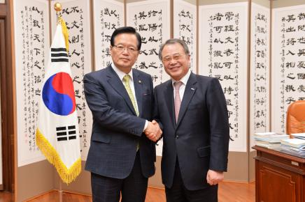 Chairman Kang, Young-joong of Daekyo Group Discusses with National Assembly Speaker Chung, Ui-hwa on